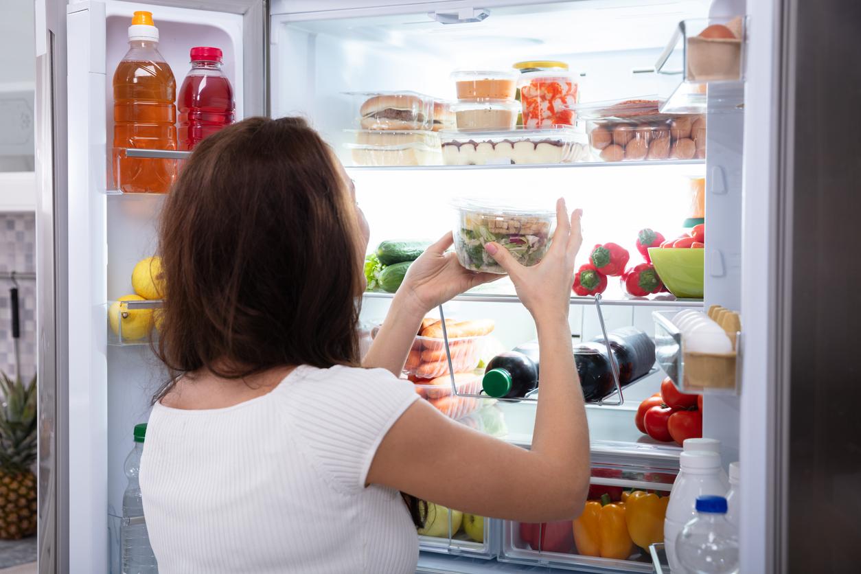 Organizar a geladeira, armazenando cada item no local apropriado, facilita o uso e melhora a conservação dos alimentos