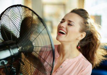 Com a importância de manter janelas abertas para prevenir a contaminação, ventiladores e climatizadores são opções para enfrentar o calor