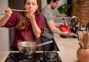 Para além de preço e beleza, a escolha de qual panela comprar para equipar sua cozinha passa por questões de praticidade e até saúde