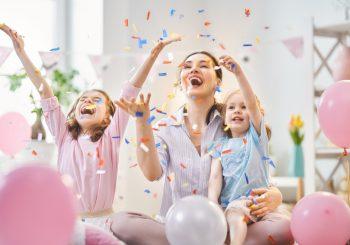 Sem aglomeração, mas com alegria: confetes, fantasias e música não precisam ser cancelados no seu próprio Carnaval em casa!