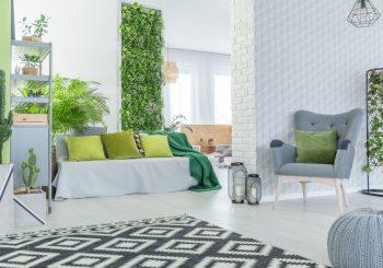 Tanto em ambientes externos quanto internos, o jardim vertical vem conquistando espaço como atrativo estético e propagador de bem-estar.