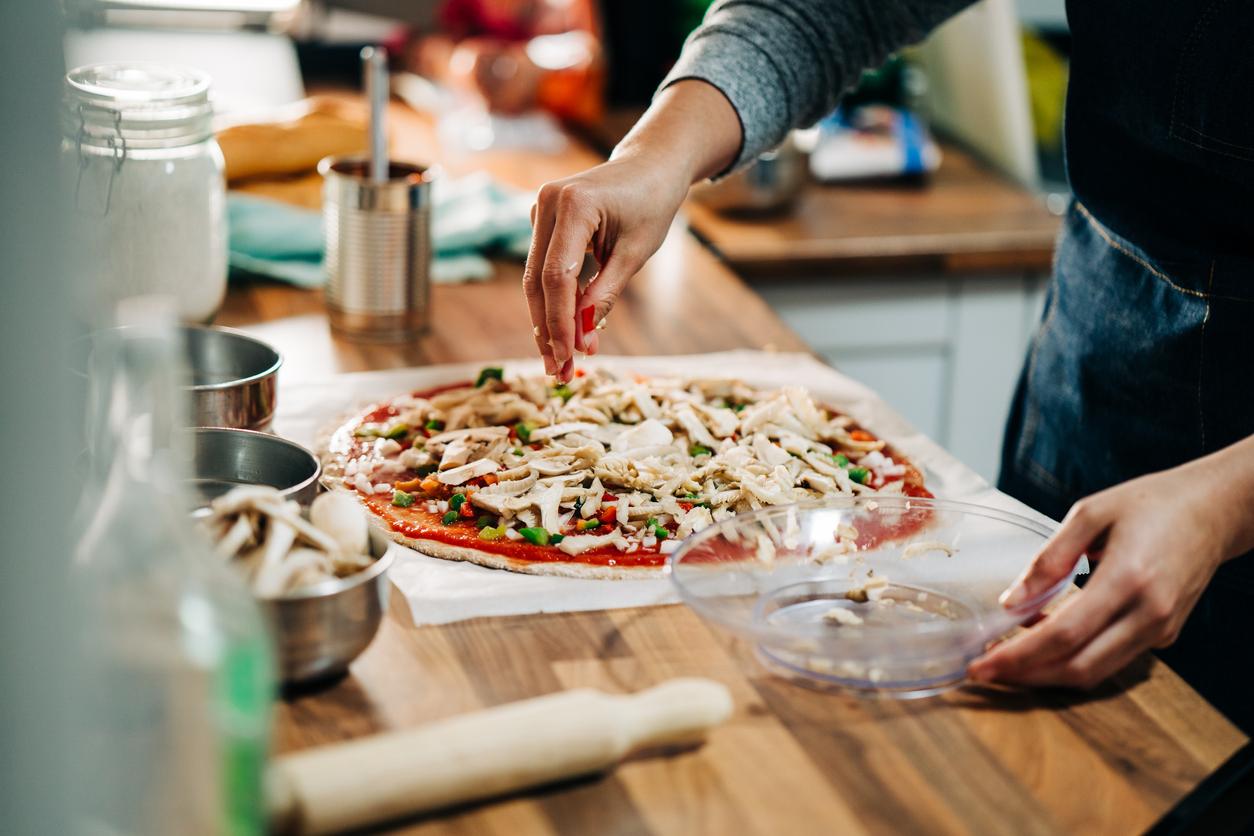 Já imaginou obter no seu próprio forno elétrico ou a gás o sabor da pizza assada em forno a lenha? Então confira este tutorial da taQi!