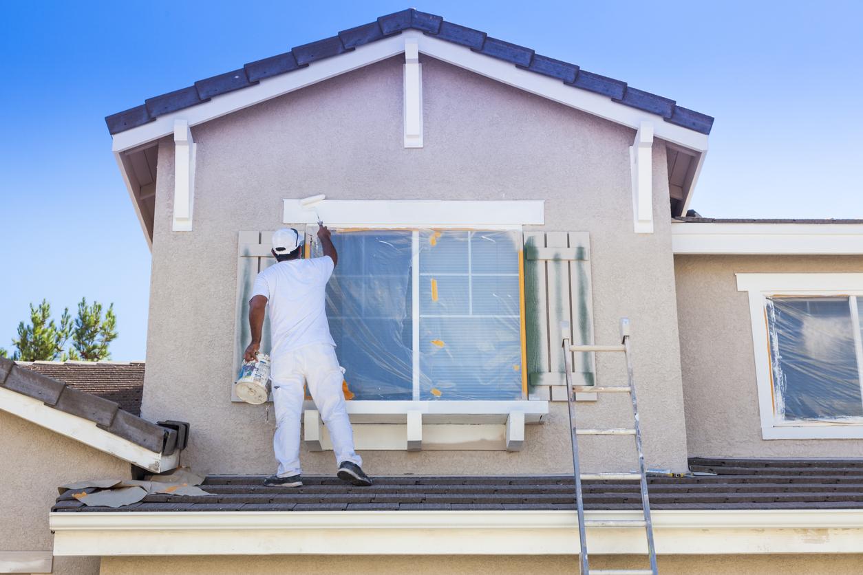 Conheça as vantagens da tinta impermeabilizante para pintar muros, fachadas, paredes externas e até mesmo o telhado de sua casa