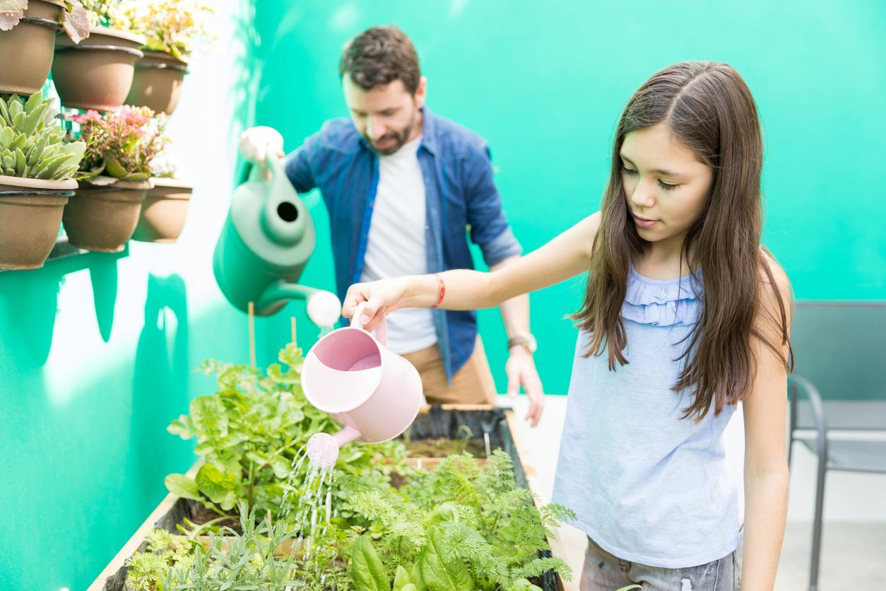 As atividades no jardim, como mexer com terra e plantinhas, são excelentes para desenvolver hábitos saudáveis entre os pequenos